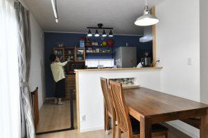 ブルーのアクセントウォールのキッチン