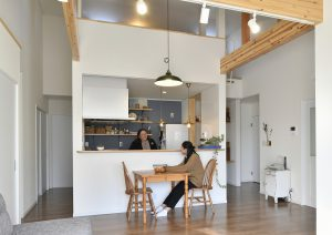 カフェスタイル、梁の見える室内