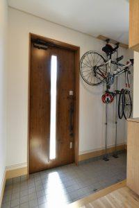 玄関に自転車、ロードバイク